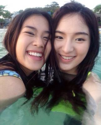 ว้าววว!! สาว ๆ ฮอร์โมน ใส่ชุดว่ายน้ำ รับลมร้อน