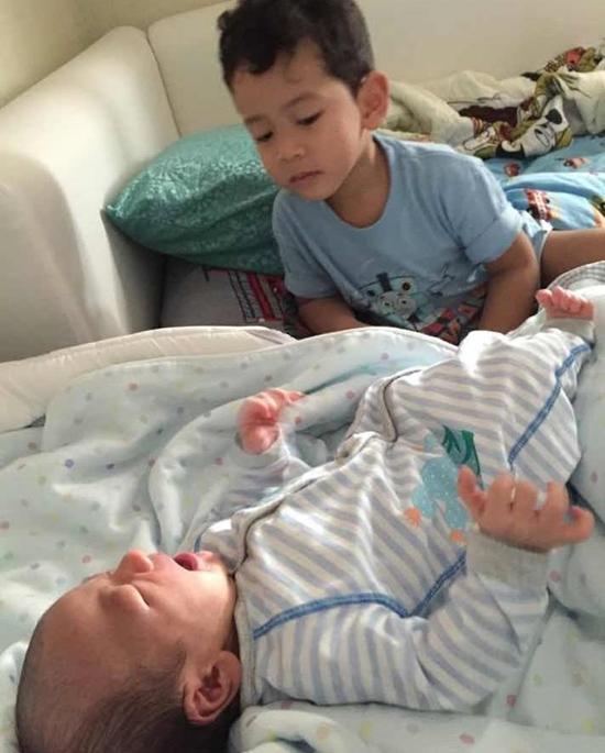 """เห่อน้องมาก """"น้องภู"""" ลูก """"พ่อป๋อ-แม่เอ๋"""" ช่วยเลี้ยงน้อง น่ารักมาก"""