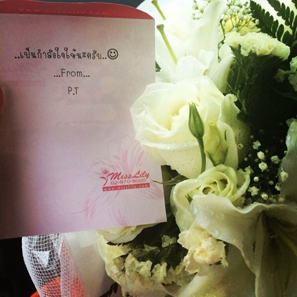 """น่ารักสุดๆๆ!!  """"ภูผา"""" ส่งดอกไม้แนบการ์ดให้กำลังใจ """"มิ้นต์"""""""