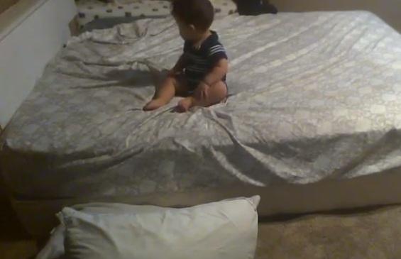 เมื่อเด็กน้อยพยายามลงจากเตียง จะเกิดอะไรขึ้น! (คลิป)