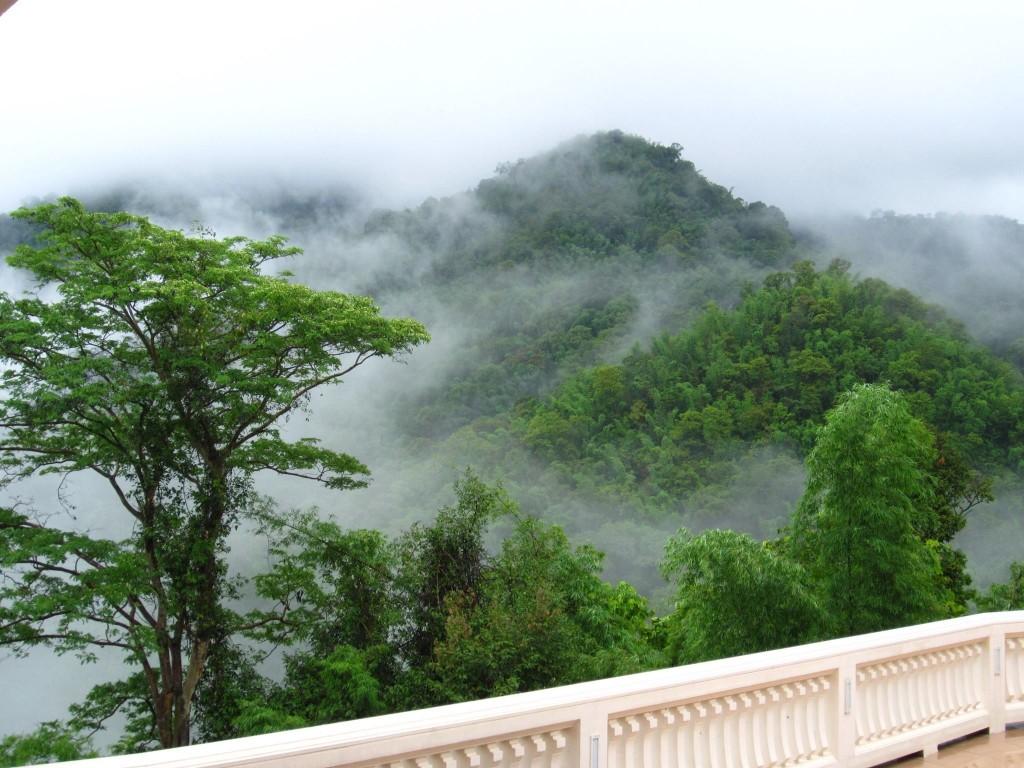 """""""วัดป่าภูก้อน"""" สวยงามดุจดั่งสวรรค์ทามกลางเทือกเขา"""