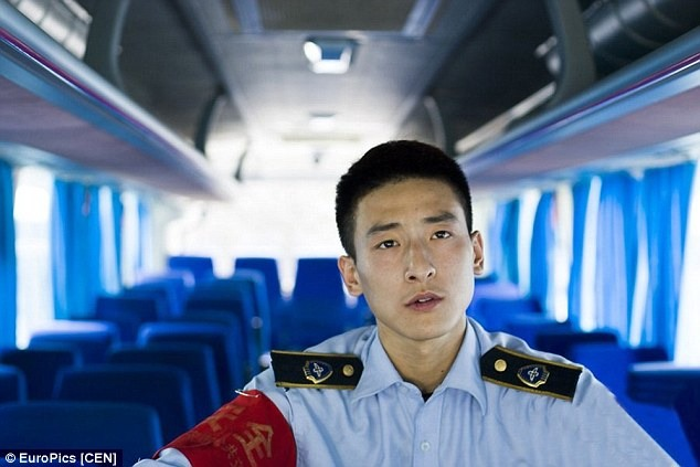 """หล่อเวอร์!!  สาวกรี๊ด """"กระเป๋ารถเมล์""""เมืองจีน หน้าหล่อราวพระเอกฮ่องกง"""
