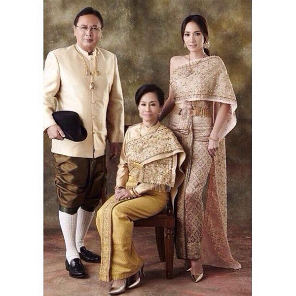 """""""อั้ม""""ควง พ่อ-แม่ สวมชุดไทย ถ่ายแบบให้ ร.ร.เก่า ครบ100 ปี"""