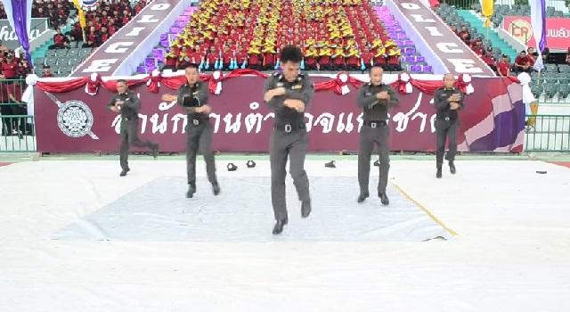 ตำรวจไทย โชว์ลีลา แดนซ์บีบอย เท่มั้ยล่ะ!! (คลิป)