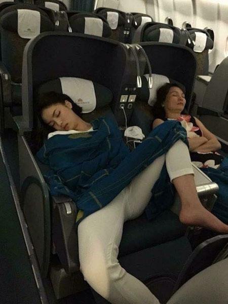 ถล่มยับ!! ชาวโซเชียลวิจารณ์ มิสเวียดนาม 2014 นอนแหกขาบนเครื่องบิน