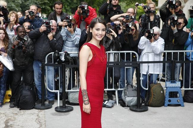 'ญาญ่า' เดินพรมแดงงาน 'Paris Fashion Week'