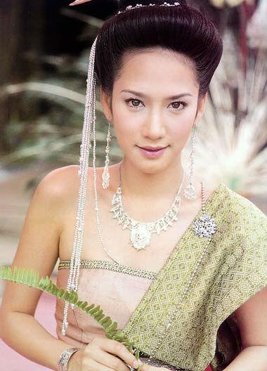 9 นางเอก โชว์ประชันแฟชั่นชุดไทย
