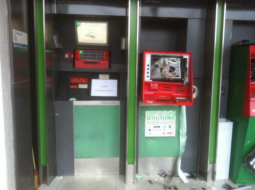 """พังยับเยิน!!! """"คนร้ายทุบตู้ ATM"""" บริเวณห้าเเยกลาดพร้าว ตร.คาดโมโหที่ไม่สามารถกดเงินได้!!!"""