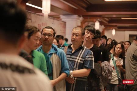 """เศรษฐีจีน!!! """"จัดงานเลี้ยงเพื่อนบ้านนับพันคน"""" เพื่อสร้างมนุษยสัมพันธ์ที่ดีต่อกัน!!!"""