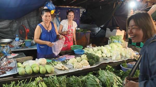 """พ่อค้า-เเม่ค้าร่วมใจ """"เเต่งชุดไทย"""" ขายของในตลาดเพื่อสร้างสีสรรค์ เเถมช่วยกระตุ้นยอดขายได้เป็นอย่างดี!!!"""