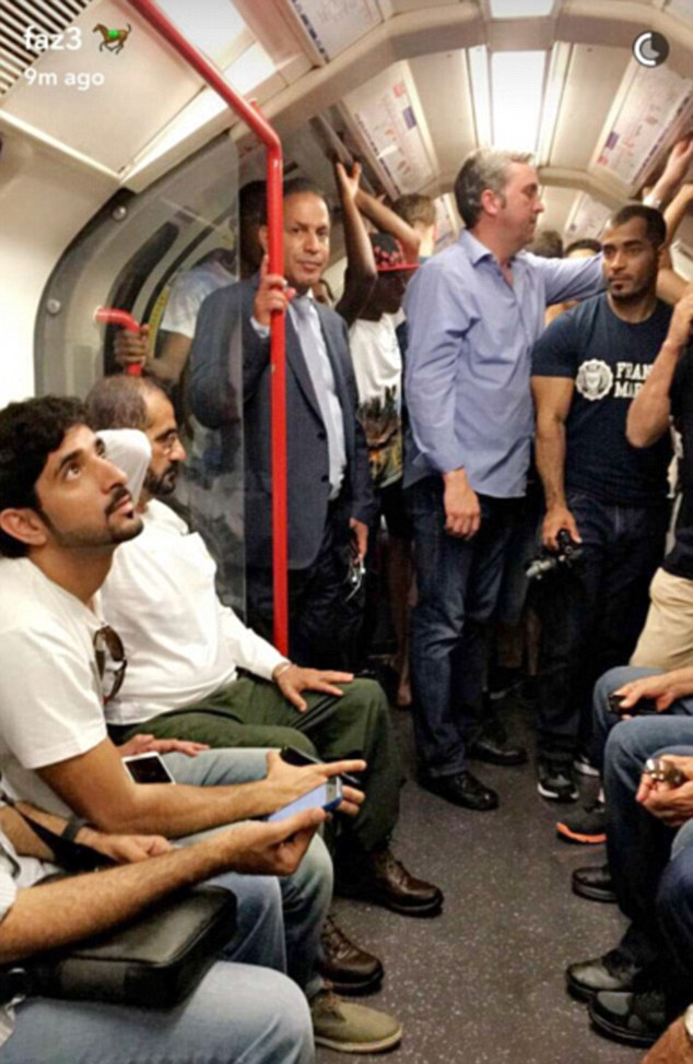 ได้ใจมาก! เจ้าผู้ครองนครดูไบ ใส่เสื้อยืดเกงยีนส์ นั่งรถไฟใต้ดินในลอนดอน ชาวเน็ตแห่แชร์ภาพ