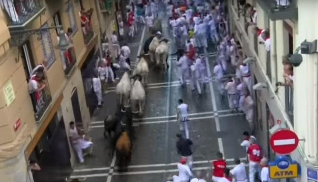 """เริ่มเเล้ว!!! """"เทศกาลวิ่งวัวกระทิงของสเปน"""" มีผู้เข้าร่วมวิ่งหนีกระทิงนับพันคน บาดเจ็บจากการถูกขวิดเเล้ว 6 ราย!!!"""