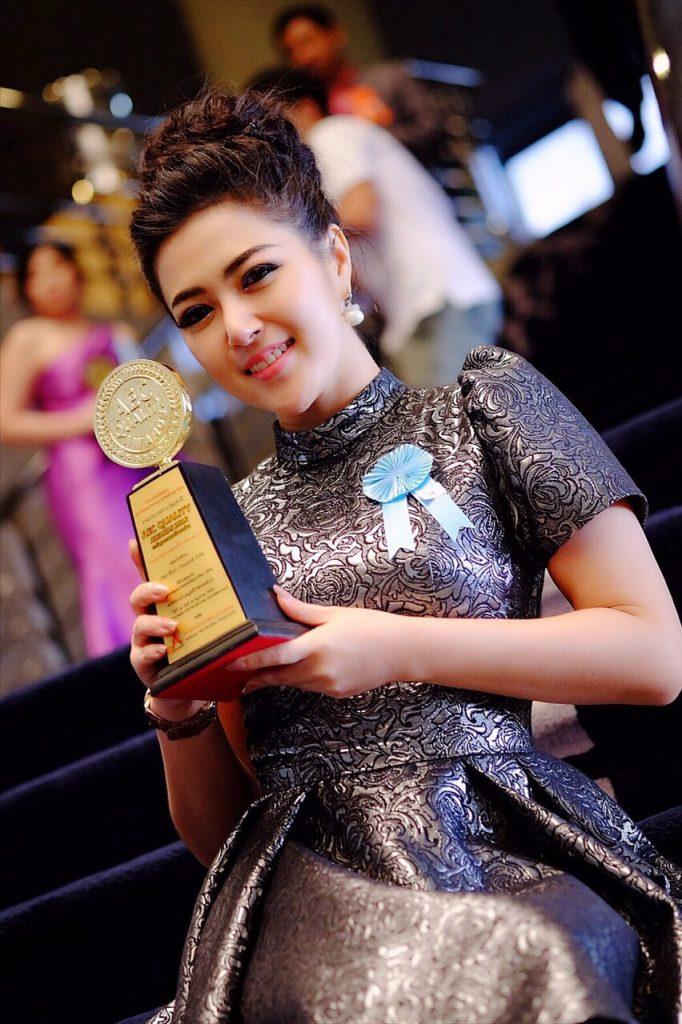 """สำเร็จ!! น้ำฟ้า ฟีโอร่า คว้ารางวัล """"CEO AEC AWARDS 2016"""" ไปครอง..เป็นสาวที่มากคุณสมบัติจริง!!!"""