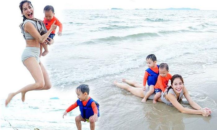 """เอาสิ๊!!!! """"พลอย พลอยพรรณ"""" อวดหุ่นแซ่บ….กระเตงลูกๆเล่นน้ำทะเล!!!!"""
