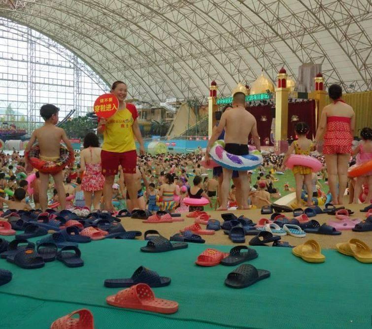 ตาลายเลย! ชาวจีนมากกว่า 6000 คน แห่ไปเล่นสระว่ายน้ำในเสฉวน ละลานตายังกะลูกกวาดหลากสี