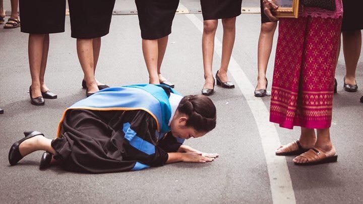 """ภาพสุดซึ้ง!!! """"บัณฑิตสาวก้มกราบรูปของผู้เป็นพ่อที่เสียชีวิตไปเเล้ว"""" หลังสำเร็จการศึกษา!!!"""