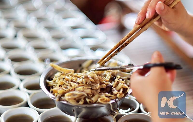 """กล้าลองมั้ย! เมนูพิศดารยอดนิยมในจีน """"เยลลี่หนอน"""" ที่เต็มไปด้วยคุณค่าทางโภชนการ"""