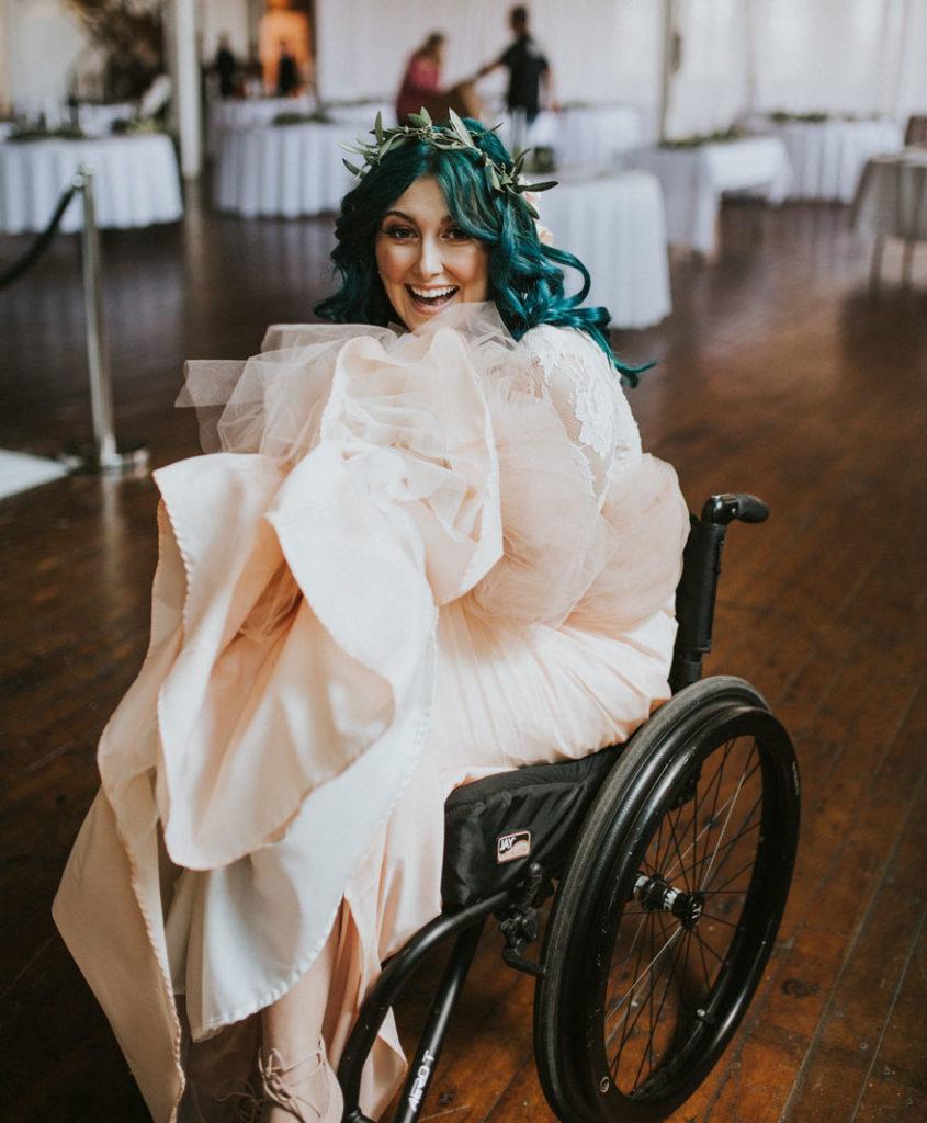 """พลังเเห่งรัก!!! """"เจ้าสาววัย 25 ประสบอุบัติเหตุจนเป็นอัมพาตตั้งเเต่อายุ 17"""" สามารถลุกขึ้นยืนได้อีกครั้งในวันเเต่งงาน!!!"""