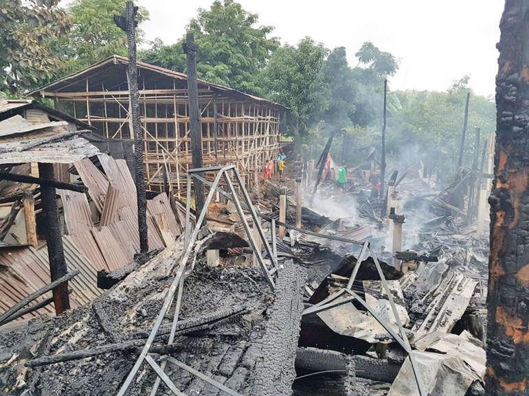 พินาศวอดวาย! พ่อแม่ลูก 4 ชีวิตวิ่งหนีตายออกจากกองเพลิง ก่อนไฟจะลุกลามเผาบ้านวอด 4 หลัง
