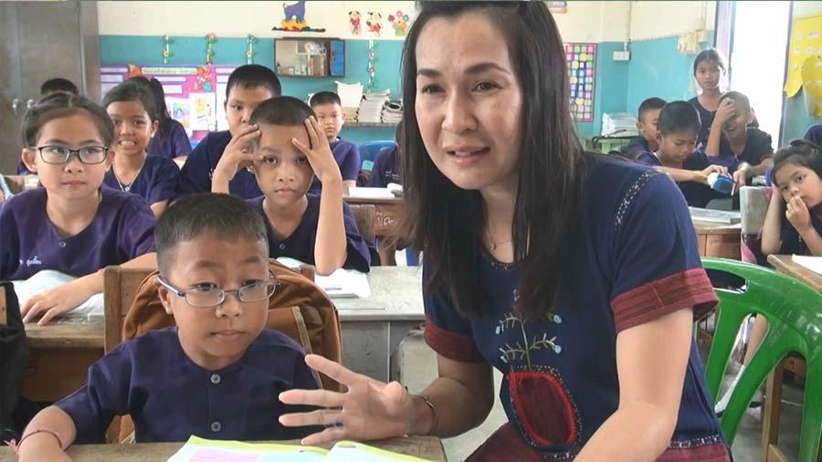 """""""น้องมีน"""" นักเรียนป. 3 ตัวน้อย!!! """"สูงไม่ถึงเมตร"""" เเต่ก็เป็นที่รักใคร่ของครูเเละเพื่อนๆ!!!"""