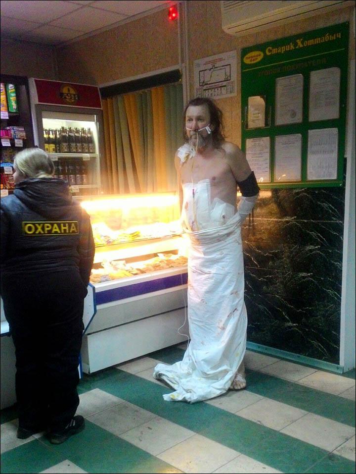 หาแอลกอฮอล์ล้างแผล! หนุ่มรัสเซียเพิ่งฟื้นจากการผ่าตัด อยากกินเหล้าจัด หนีออกจาก รพ.ด้วยสภาพพันแผลเต็มตัว