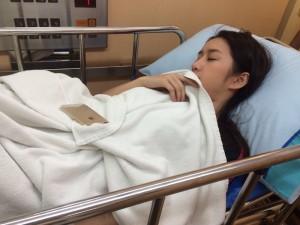 """"""" ฟ้าใส-อรจิรา """" ถูกหามส่งโรงพยาบาล ด้วยโรคลำไส้อักเสบ เจ้าตัวหวั่นเป็นมะเร็งลำไส้!!!!"""