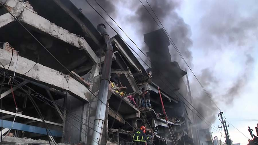 """หม้อไอน้ำโรงงานระเบิด ในบังกลาเทศ!!! """"เบื้องต้นพบผู้เสียชีวิต 18 ราย"""" มีผู้บาดเจ็บจำนวนมาก!!!"""