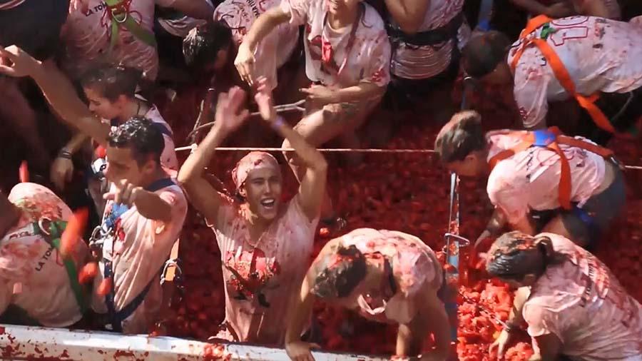 """นักท่องเที่ยวกว่า 20,000 คน!!! """"เข้าร่วมเทศกาลปามะเขือเทศ"""" กันอย่างสนุกสนาน!!!"""