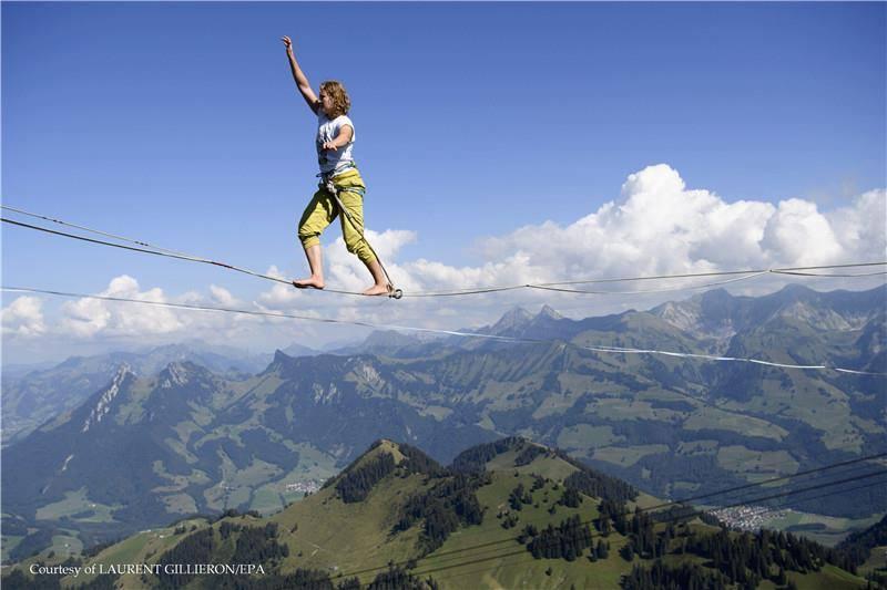 """กิจกรรมของผู้กล้า!!! """"นักไต่เชือกผาดโผน 25 คน"""" เข้าร่วมเเข่งขันไต่เชือกบนเทือกเขาแอลป์!!!"""