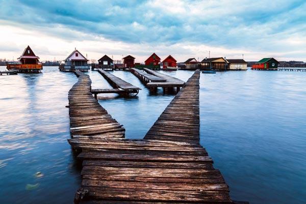 """ชีวิตเเบบเรียบง่าย!!! """"หมู่บ้านกระท่อม"""" กลางทะเลสาบ Bokodi ที่ประเทศฮังการี!!!"""