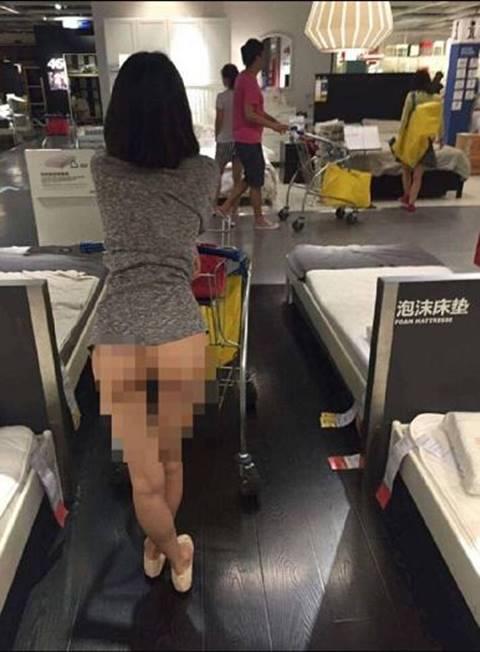 ก็ลมมันเย็น! สาวชาวจีน เดินเปลือยท่อนร่าง โชว์จิมิอย่างมาดมั่น ไม่อายสายตาคนในห้าง IKEA