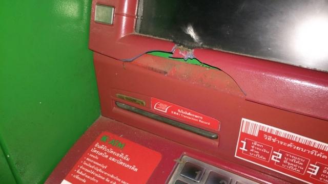 """สาวเพี้ยนใช้หินทุบตู้ ATM!!! """" ผจก.เผยเป็นสาวที่เคยมีปัญหากับธนาคาร"""" เเถมอ้างถูกโกงเงินนับล้าน!!!"""