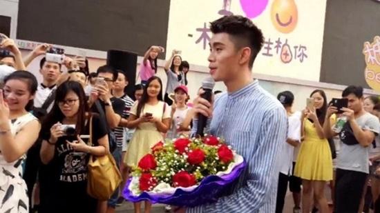 """หนุ่มจีนเงิบ!!! """"นำส้มโอทำเป็นรูปหัวใจ"""" เพื่อขอสาวเป็นเเฟน เเต่กลับถูกเธอปฏิเสธ!!!"""