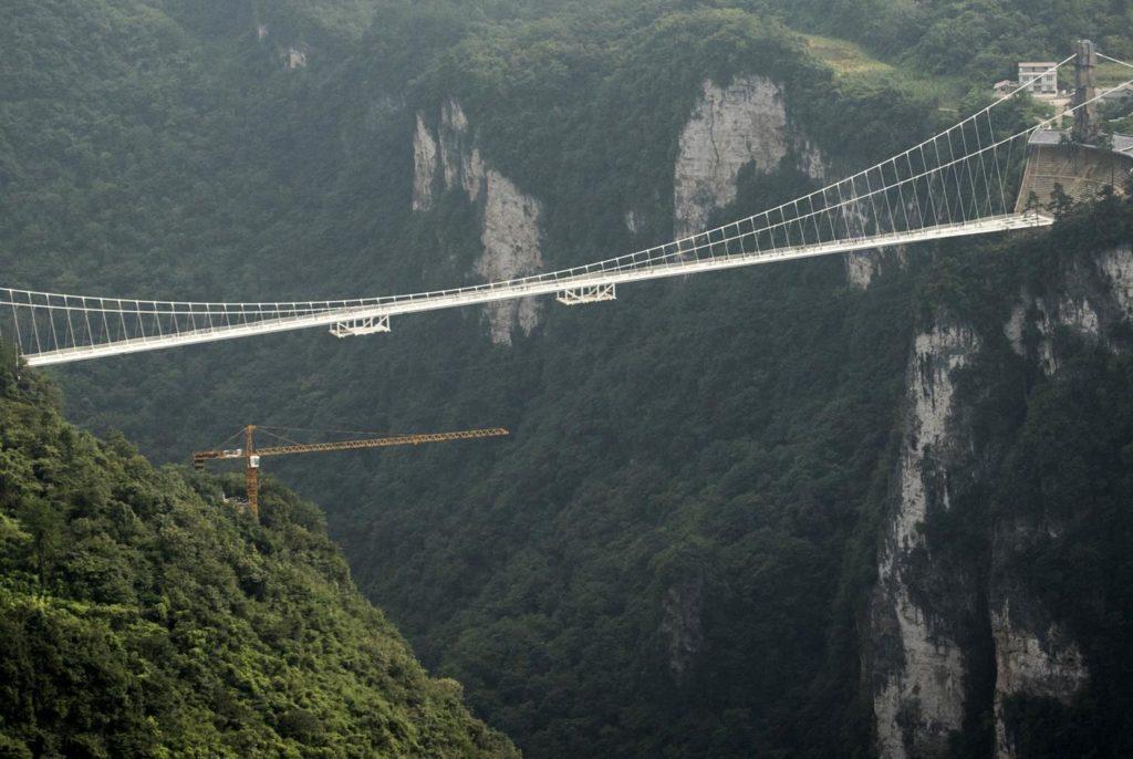 """สั่งปิดชั่วคราว!!! """"สะพานกระจกยาวที่สุดในโลกที่จีน"""" เหตุมีนักท่องเที่ยวเข้าเยี่ยมชมมากเกินไป!!!"""