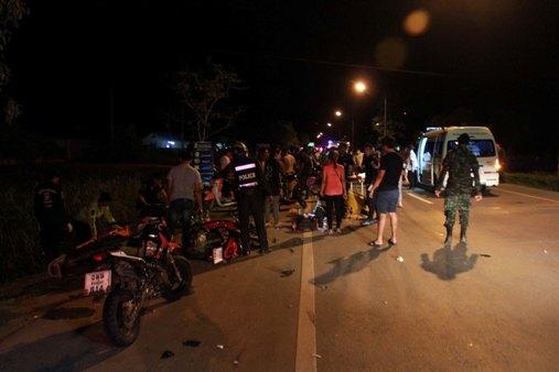 กวาดเรียบ! หนุ่มขับเก๋งหลับใน พุ่งชนกลุ่มเด็กแว้นที่รวมตัวปิดถนน ตำรวจที่ซุ่มอยู่เลยเข้าจับสบาย