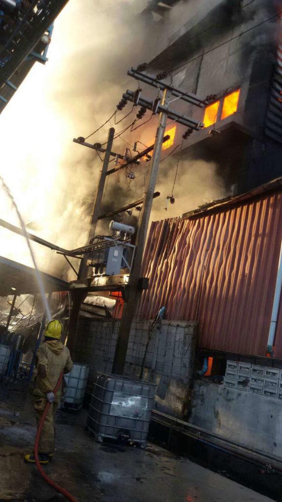 """เกิดเหตุเพลิงไหม้!!! """"โรงงานสีย่านสมุทรปราการ"""" เตือนประชนชาชนอย่าเข้าใกล้เพื่อความปลอดภัย!!!"""