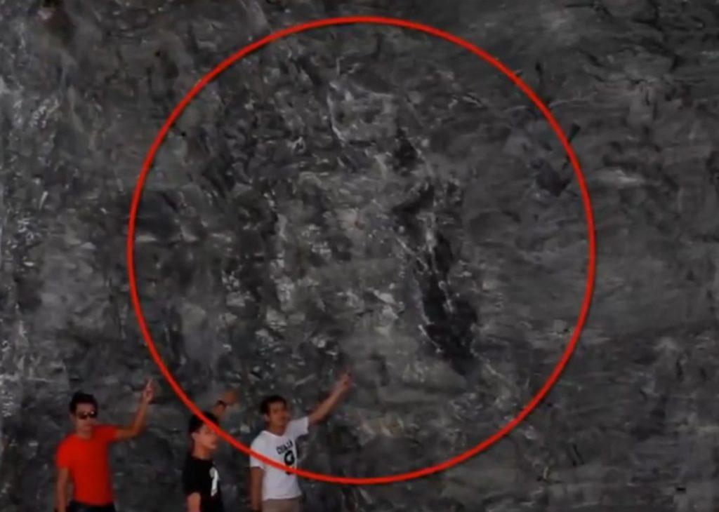 ไม่เชื่ออย่าลบหลู่!! เรื่องอัศจรรย์ในถ้ำผามังกรบิน พบภาพคล้ายพระแม่ธรณีบีบมวยผม