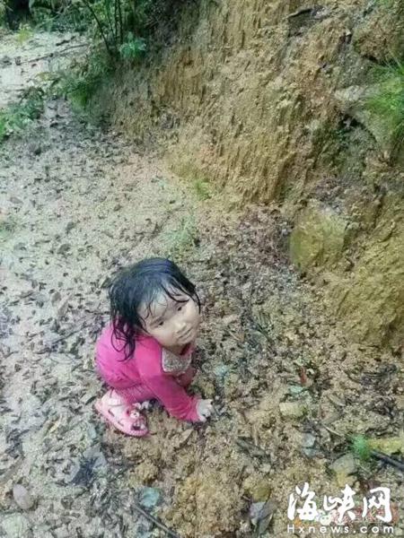 """สุดอึ้ง!!! """"เด็ก 2 ขวบ"""" หลงขึ้นไปบนเขานาน 5 วันโดยลำพัง เเต่รอดชีวิตมาได้!!!"""
