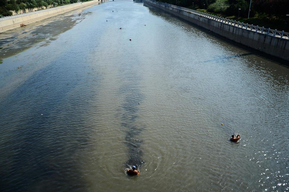 """ชาวจีนพากันลงจับ """"หนอนเเดง"""" ในเเม่น้ำ สร้างรายได้งามวันละ 2,500 บาท!!!"""