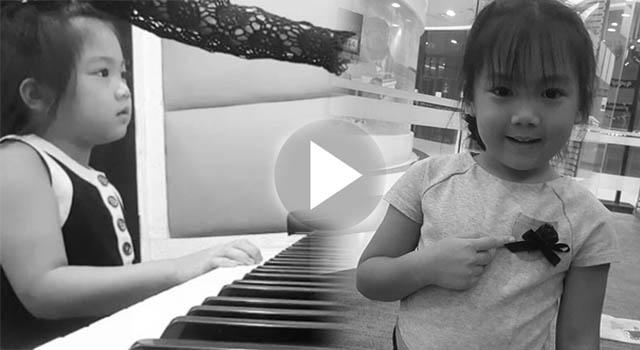 """""""น้องวันใหม่"""" หัดเล่นเปียโน…ครั้งแรกจากใจล้วนๆ-ในเพลงสรรเสริญพระบารมี ถวายแด่พ่อหลวง ร.๙ ( ชมคลิป )!!!"""