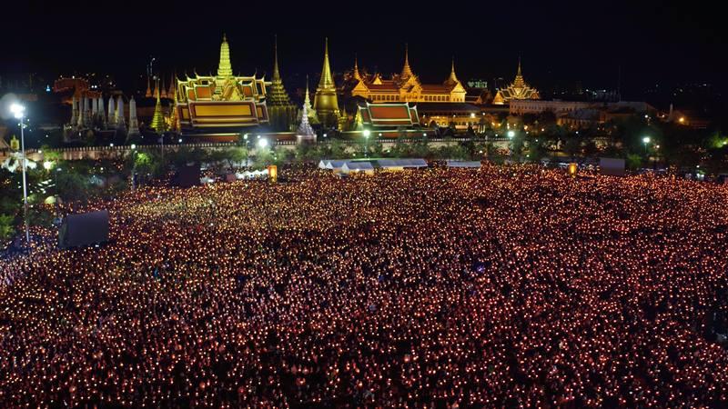 """ภาพประวัติศาสตร์!!! """"ปวงชนชาวไทยกว่า 2 แสนคน"""" ร่วมร้องเพลงสรรเสริญพระบารมี ณ ท้องสนามหลวง!!! (ชมภาพ)"""