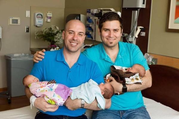 เย้!! คู่เกย์ชาวอเมริกัน สมใจได้ลูกแฝด 3 จากการทำเด็กหลอดแก้ว