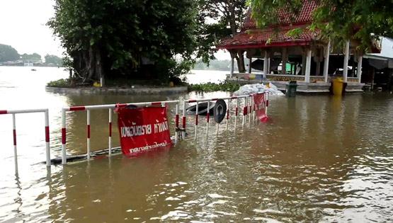 """ชาวบ้าน """"บริเวณวัดไทรม้าเหนือ"""" ช่วยกันทำกระสอบทรายกั้นน้ำ หลังแม่น้ำเจ้าพระยามีระดับน้ำเพิ่มสูงขึ้น!!!"""