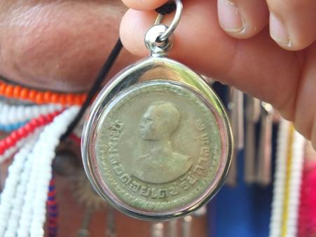 ชาวเขาบอก รักและบูชาเหรียญนี้ เพราะรับจากพระหัตถ์ของพระองค์ท่านโดยตรง จะทำดีตามปรัชญาของพ่อหลวง