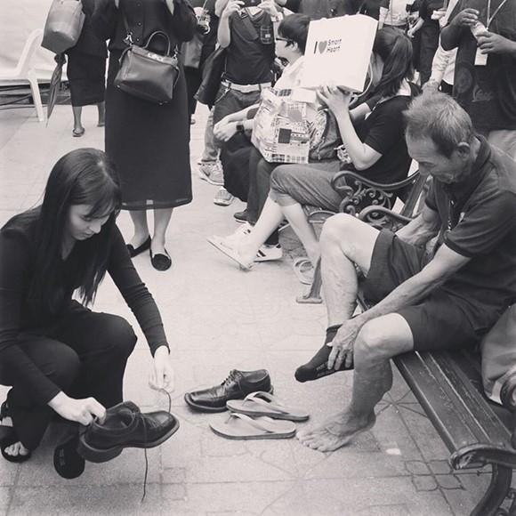 """จิตใจงาม """"ออม สุชาร์"""" คุกเข่าใส่รองเท้าให้ประชาชน แบบนี้"""