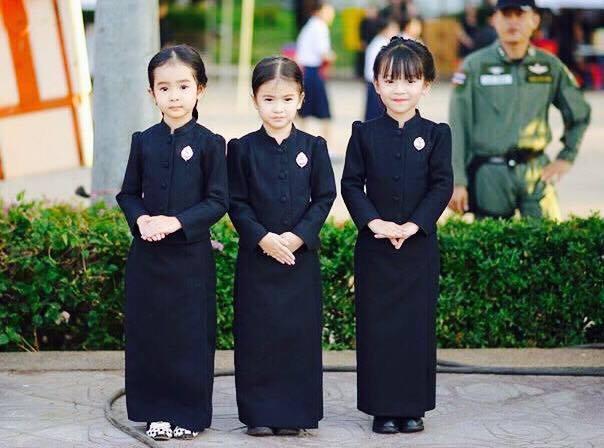 สุดน่ารัก! สาวน้อยจากอำนาจเจริญ แต่งชุดไทยจิตรดา มาร่วมงานจุดเทียนถวายอาลัย