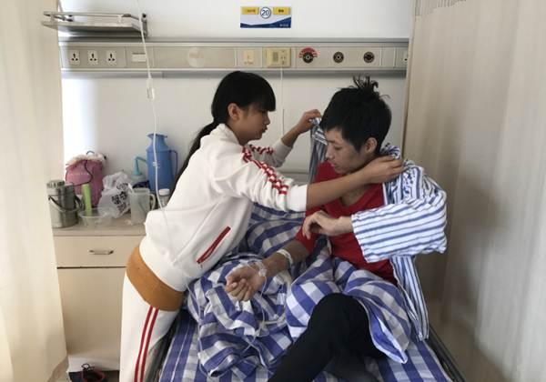 จนหนทาง! น้องสาววัย 19 ปี  เร่เสนอขายพรหมจรรย์ 200000 หยวน เพื่อหาเงินช่วยพี่ชายที่เป็นมะเร็ง