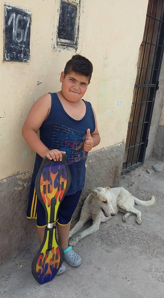 """หนุ่มน้อยผู้มีจิตใจเมตตา!!! """"ยอมขายสเก็ตบอร์ดที่เขารัก"""" เพื่อนำเงินมารักษาสุนัขข้างถนนที่ได้รับบาดเจ็บ!!!"""