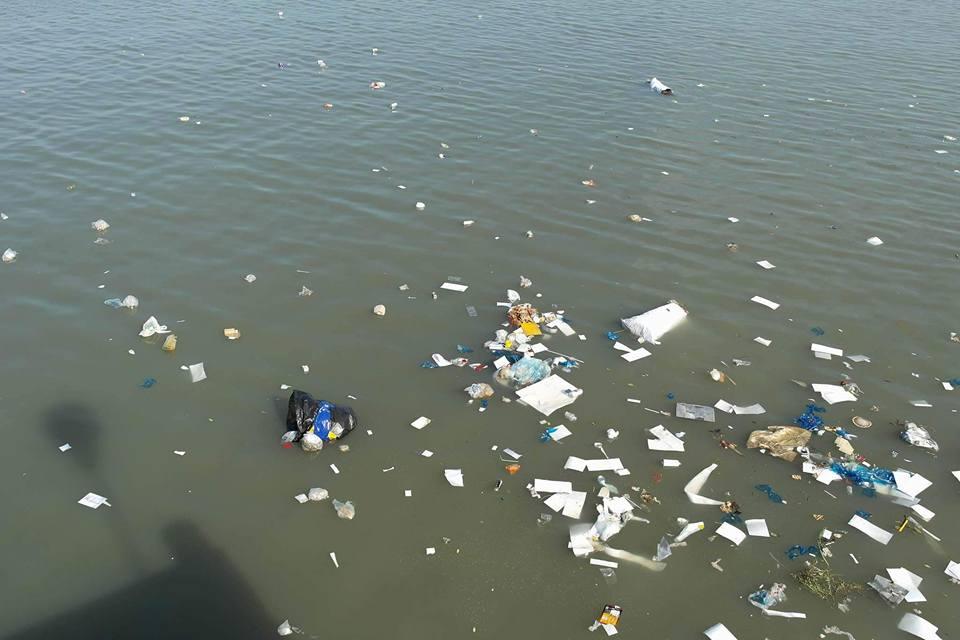 ทำไมทำแบบนี้! หนุ่มใหญ่ขนขยะทิ้งลงทะเลที่ จ.ชลบุรี