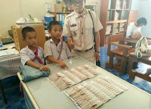 """น่าชื่นชม!!! 2 นักเรียนชั้น ป.1 """"พบเงิน 1 เเสนบาท"""" ในกระเป๋ากางเกงที่ได้รับบริจาค ก่อนเเจ้งครูเพื่อนำคืนเจ้าของ !!!"""